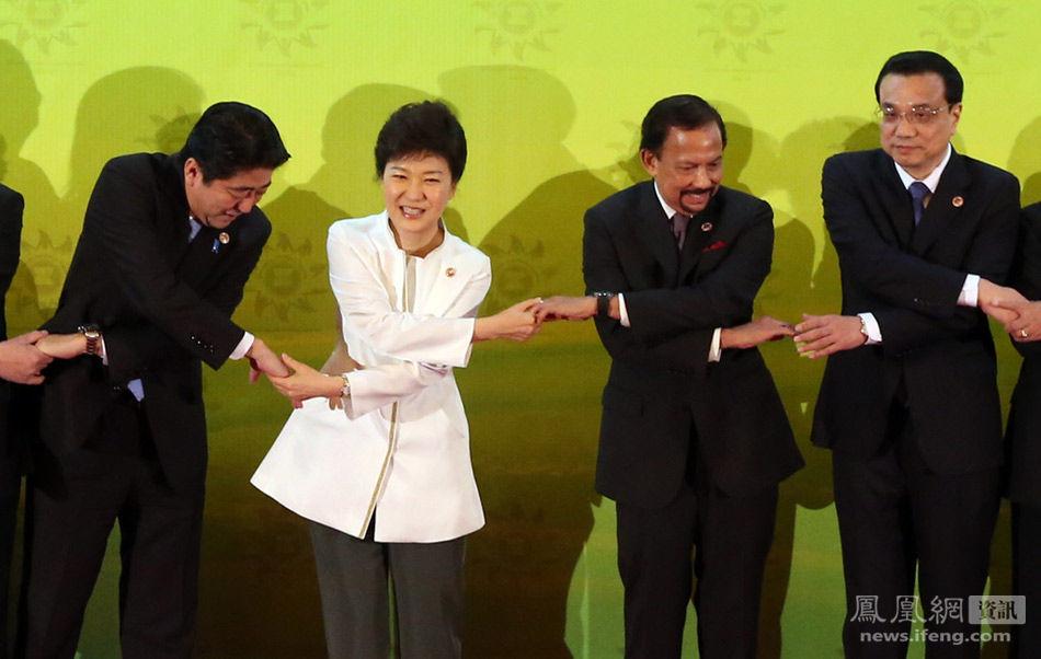 """东盟10+3领导人会议:日韩领导人""""握手难"""""""