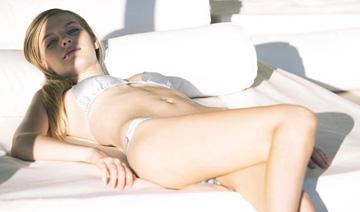 女星泳衣款式独特 白色比基尼让你看来更丰满