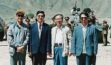前中共总书记胡锦涛在西藏:与坦克装甲部队合影