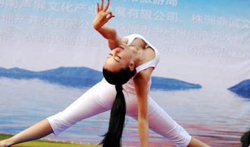 亚洲 最 美 瑜伽 教 练 不 穿 内 衣 练
