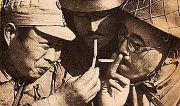 抗战日本杂志刊登伪军照片:一脸谄媚为日军点烟