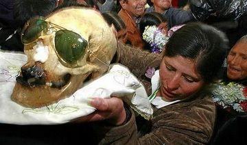 玻利维亚诡异习俗:为何将亲人头骨精心打扮后放在家中?