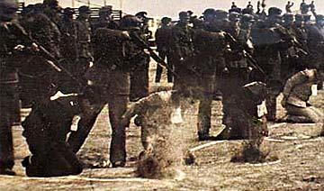 解放初期枪毙犯人现场:子弹溅起半米高尘土