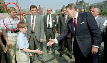 普京克格勃旧照:为领导提包 装平民接近美国总统