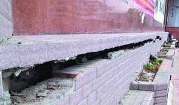 33层高楼一沉再沉 现20厘米宽裂缝