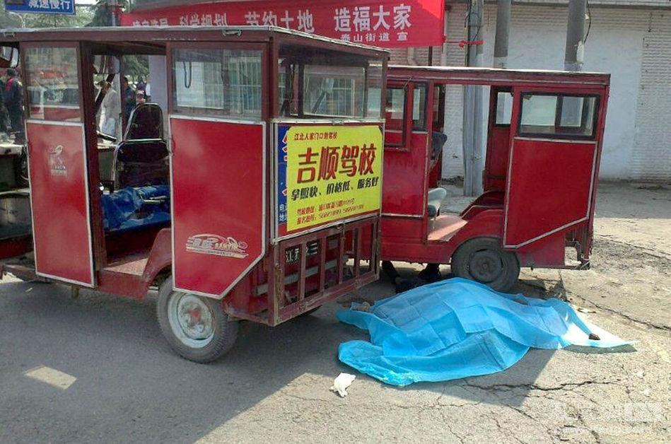 高清图—南京浦口浦东路浦珠路路口2名三轮车主抢生意被捅死