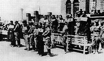 王震坐镇新疆平叛时期 公开处决叛乱分子旧照