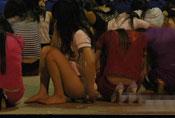 深圳扫黄 失足女坐满半个篮球场