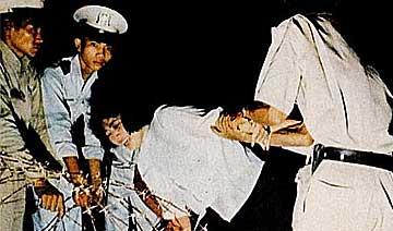 60年代越南枪毙重要犯人 绑在柱子上人被打成筛子