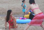 海滩玩耍的妹纸们 不要太豪放啦