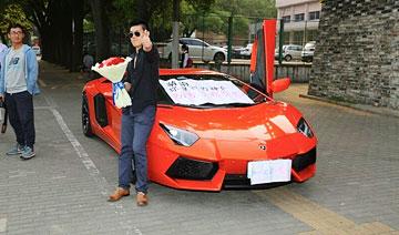 """上海男子开豪车中学门前求婚 称""""高考结束嫁给我"""""""