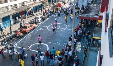 巴西妓女与大学生街头踢球