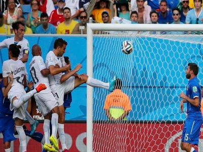 乌拉圭队队长戈丁接角球头球破门