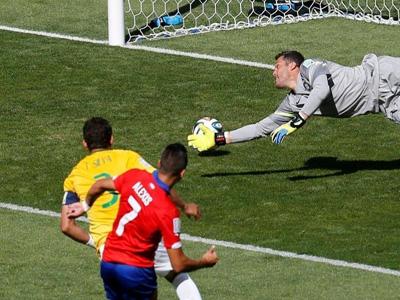智利队前场抢断桑切斯低射破门