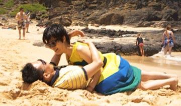 央视主播郎永淳与患病妻子海滩缠绵