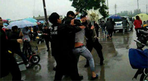 警察持枪撑伞