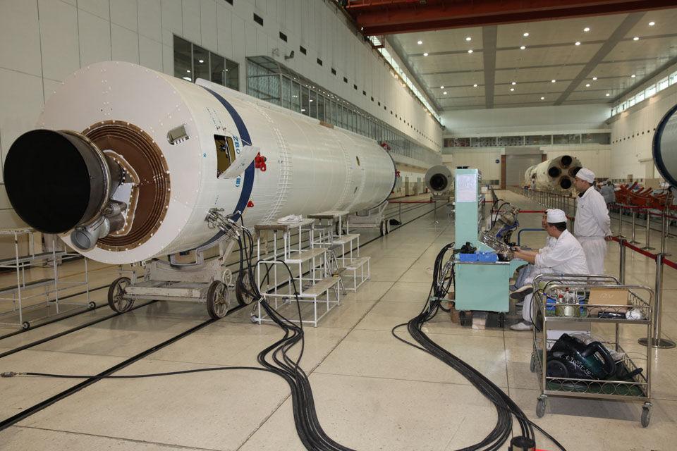 火箭助推正在进行氦质谱检漏 (中国航天科技集团 张昊 摄影)