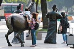 攀爬毁坏雕塑等不文明行为该改改了