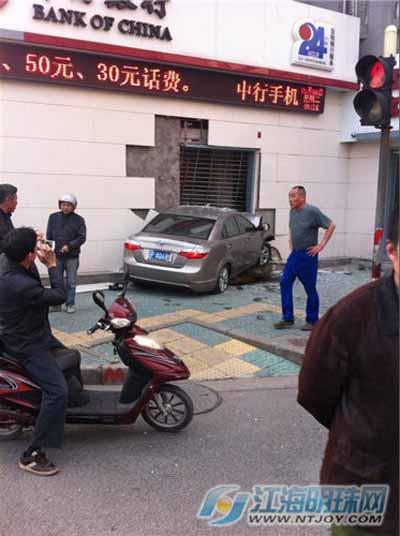 南通段家坝一辆轿车失控撞上银行大门
