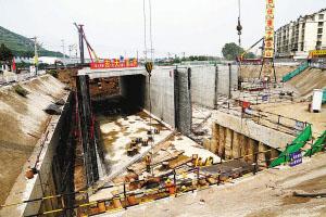 二环北路下穿陇海铁路工程框架箱体顶推施工现场。 (齐浩/摄)