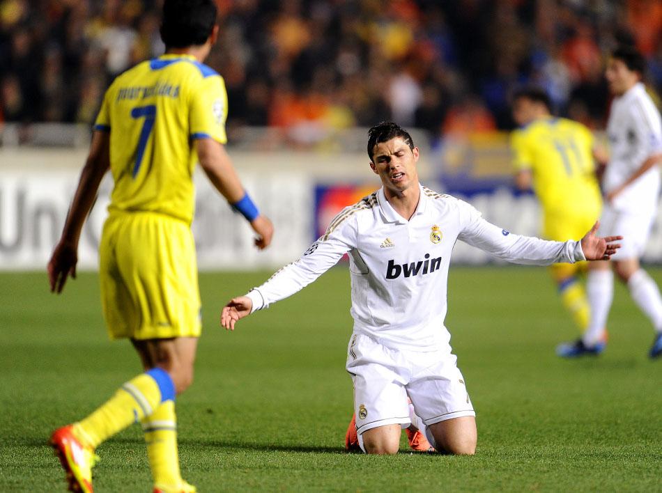 北京时间3月28日,2011-2012赛季欧冠1/4淘汰赛,皇马客场3-0击败希腊人竞技。C罗跪地抱怨。