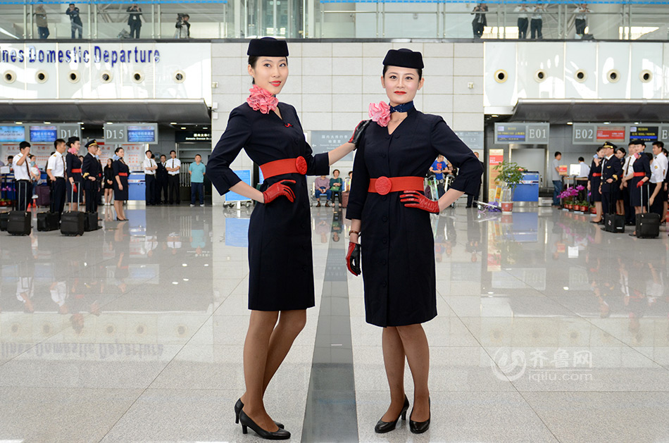 9/16 5月20日上午,东方航空山东分公司的飞行员,空姐和地勤人员在青岛