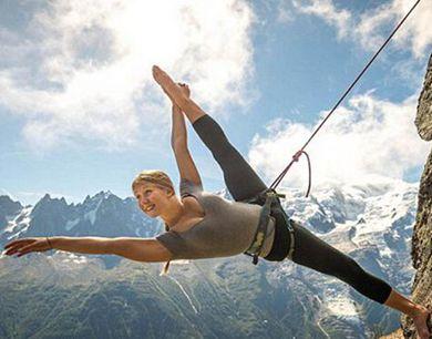 女舞蹈家悬崖峭壁上秀舞姿 惊心动魄