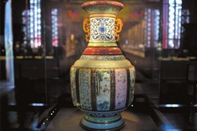 """乾隆""""瓷母""""大瓶在美国拍出1.5亿元 买家来自中国(图)"""