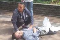 老人街头发病晕倒嘴角出血 热心市民自发营救