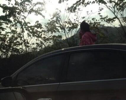 """榕三环路现""""拉风""""大姐 从疾驰汽车中钻出天窗"""