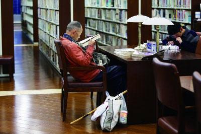 图书馆闭馆后,章楷在路边的垃圾桶捡拾瓶子摄/ 蒲晓旭