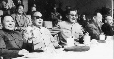 1961年,邓小平、陈毅、贺龙、彭真、李富春在北京工人体育场观看足球比赛。