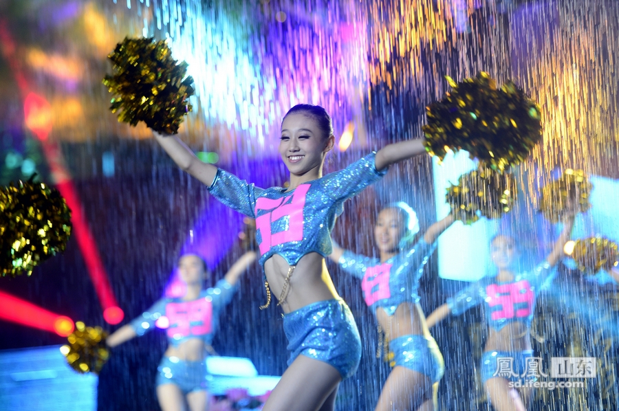 第二届济南头像节谢幕女生水中欢歌狂舞可爱戴帽子泉水女孩图片
