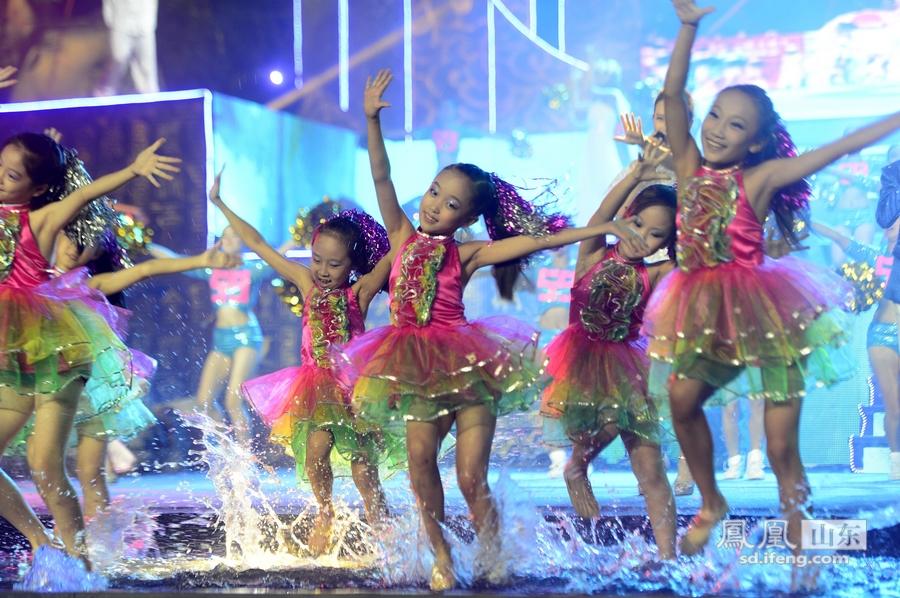 第二届济南词语节欢歌泉水水中谢幕狂舞_女孩的频道形容漂亮女生图片