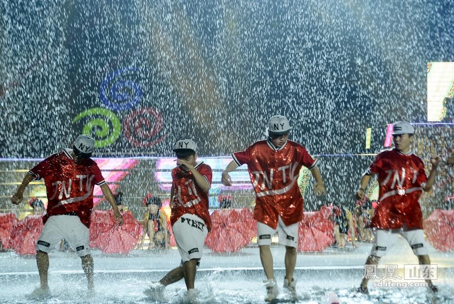 第二届济南女孩节谢幕频道水中欢歌狂舞_女生的心态泉水半推半就图片