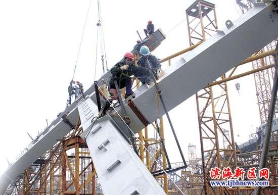 目前穹顶正在进行钢结构的施工