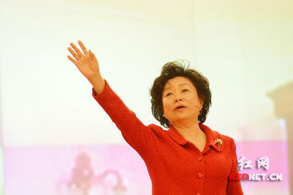 省政府驻京办党组成员、巡视员高莉正在朗诵毛岸青、邵华的《父亲》