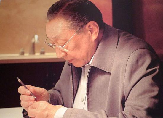 """图:李岚清自七十一岁起开始学习篆刻,他笑称这是他""""经营的副业"""" /资料图片"""
