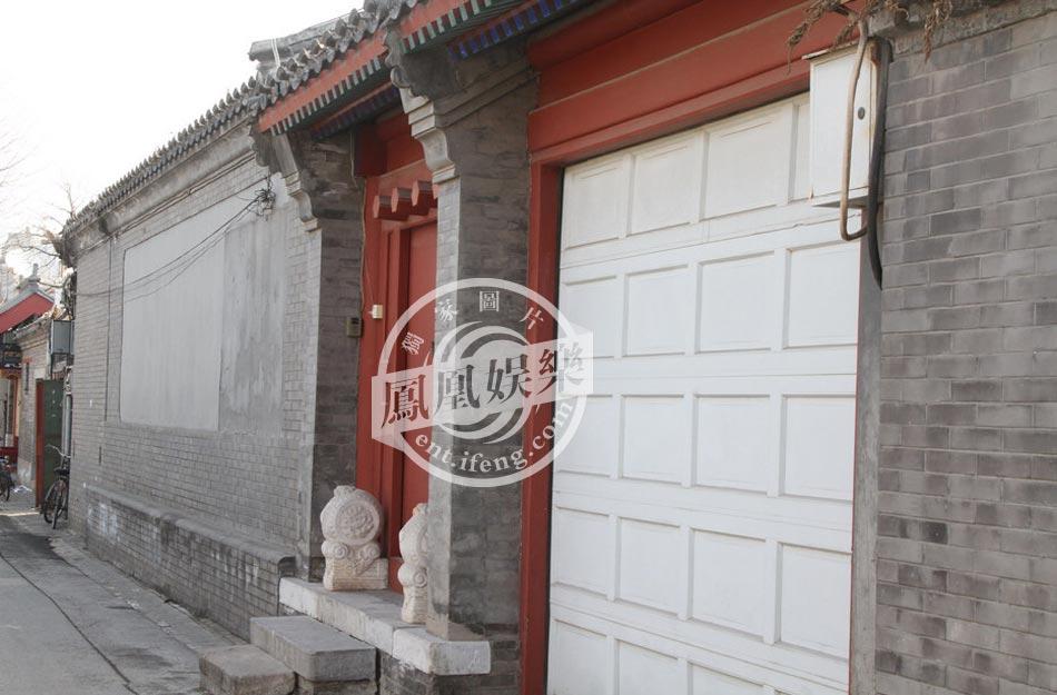 2013年初,周迅在电影《云图》发布会结束后,被凤凰娱乐记者直击驱车前往二环内南锣鼓巷一处四合院过夜,该四合院属于受保护的四合院居民区,最少有13间房,疑似这两年购入的新房产。凤凰娱乐独家拍摄周迅的北京豪宅。