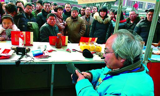 河南高级民间工艺美术大师张鸿飞 亲手为游客做剪影