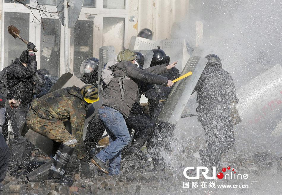 当地时间2月18日晚,乌克兰首都基辅街头,警察和反政府示威者爆发冲突。