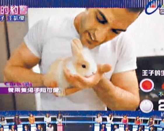 为由,邀请她一起回住所看兔子,却趁她逗弄兔子时,从后方熊抱,上下其手