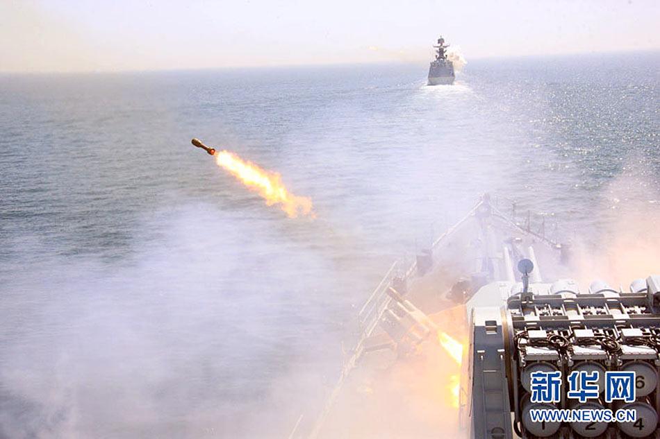 中俄海上编队26日上午进行火炮深弹实弹射击演练