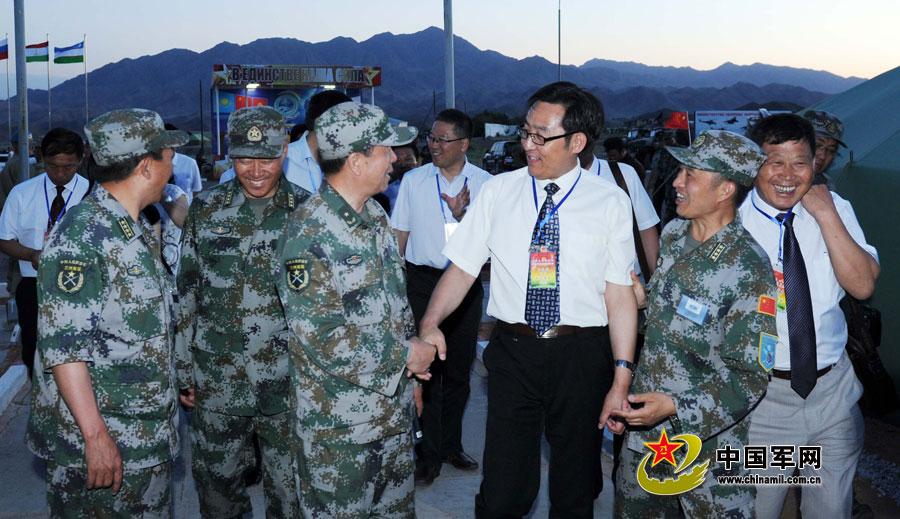在塔中资企业和华人华侨代慰问中国参演官兵
