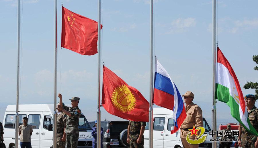 和平使命-2012联合军演举行开训式 升各参演国国旗