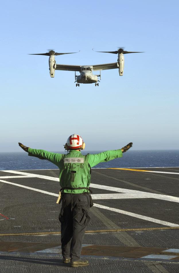 """尼米兹""""号航母上降落,虽然和标准海军飞机"""