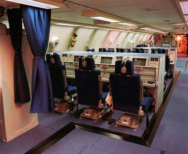 资料图:日本航空自卫队装备的E-767预警机的内部。