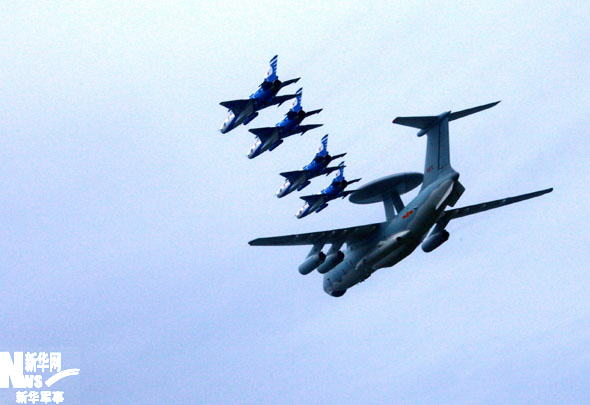 资料图:空警-2000预警机编队正在训练。