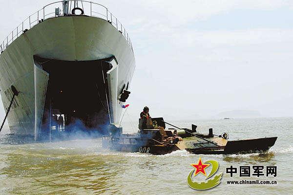 资料图:东海舰队某登陆舰支队进行海上协同训练。