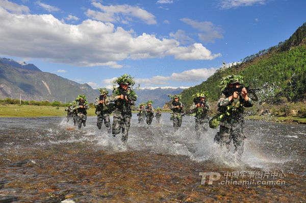 中国 解放军/资料图:解放军士兵涉水前进。